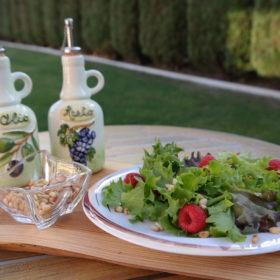 Blattsalat mit Beeren und Zedernkernen