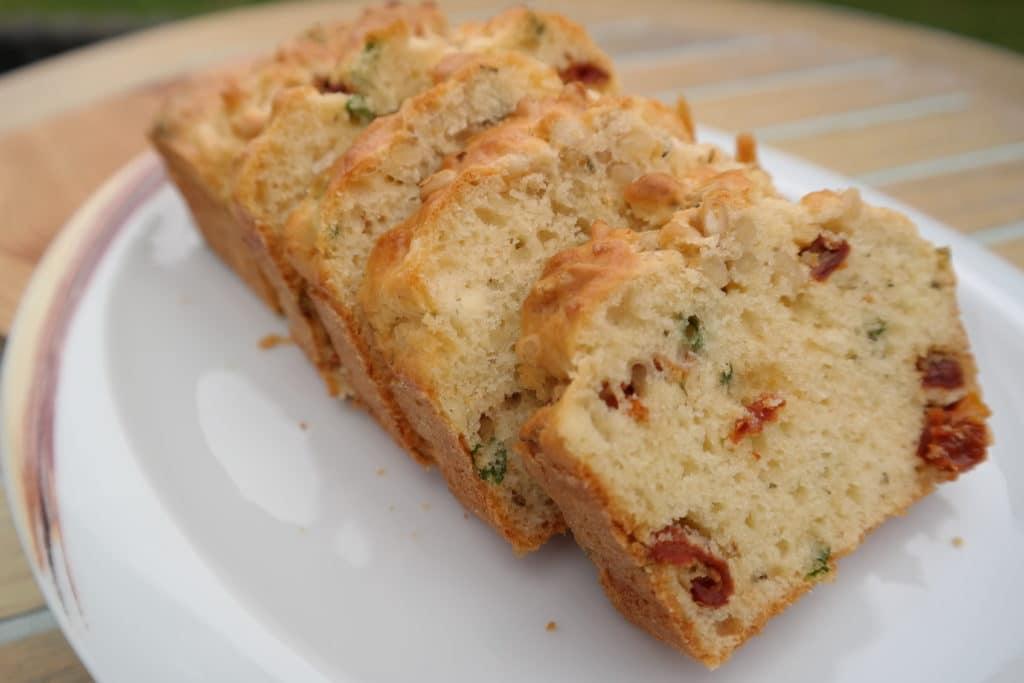 Mediterraner Kuchen mit getrockneten Tomaten und Zedernkernen