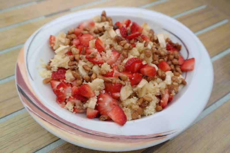 Couscous mit Erdbeeren, Bananen und karamelisierten Zedernkernen
