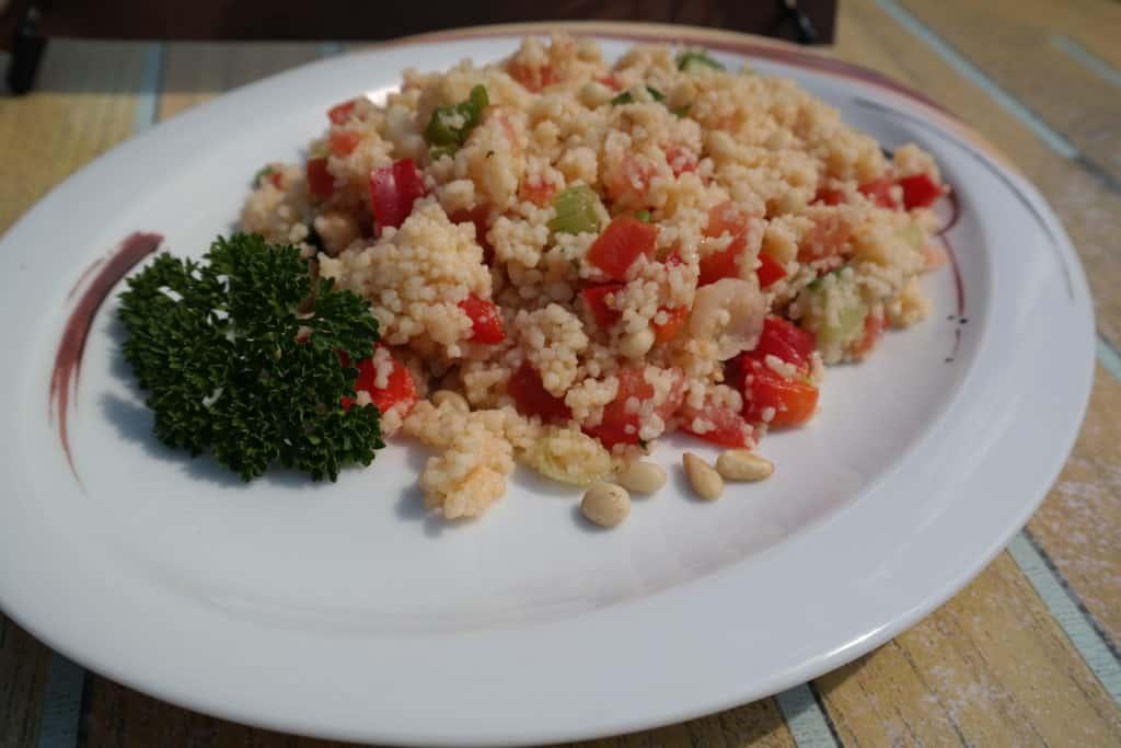 Couscous Salat mit Zedernkernen