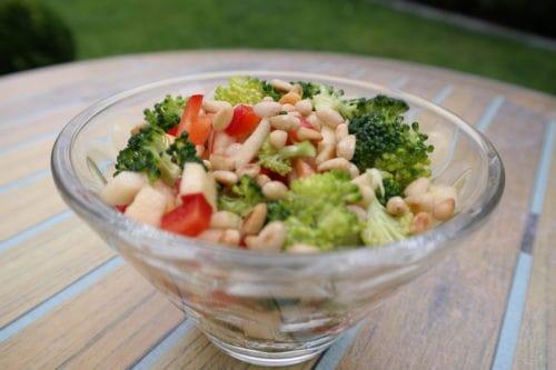 Brokkolisalat mit Zedernkernen