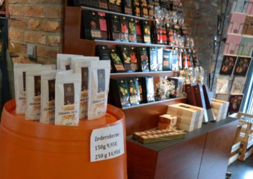 Verkauf der Zedernkerne im Feinkostladen.
