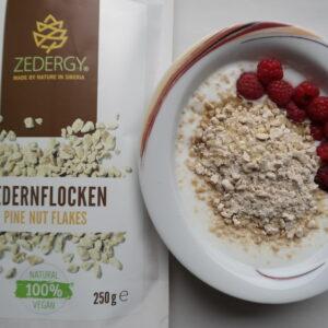 Zedernflocken im Joghurt, mit Honig und Himbeeren